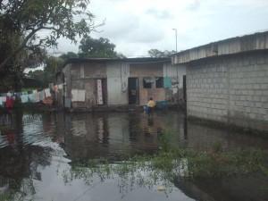 port-gentil-sous-les-inondations-quartier-salsa-300x225